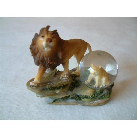 FIGURINE LION SUR SOCLE AVEC BOULE DE NEIGE