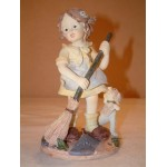 FIGURINE FILLETTE BALAYANT LES FEUILLES